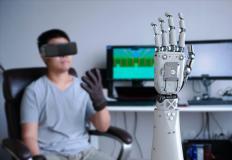 Bambino che prova un dispositivo di intelligenza artificiale