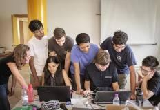 Un gruppo di ragazzi e ragazze lavorano al computer