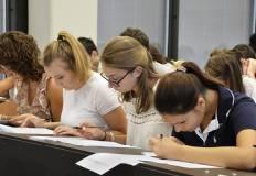 Studenti e studentesse durante test di ingresso