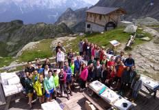 Gli studenti in un rifugio di montagna