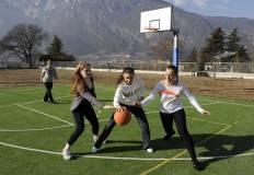 Tre ragazze giocano a basket
