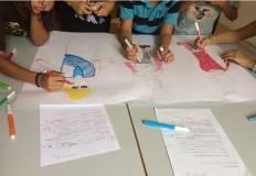 Bambini che disegnano sul cartellone