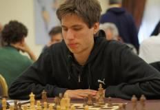 Alberto Barp durante una partita di scacchi