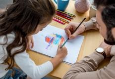 Un padre e una bambina disegnano assieme