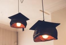 lampade a forma di tocco universitario
