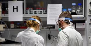 Ricercatrice e ricercatore in laboratorio