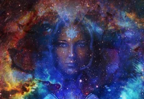viso femminile in un cielo stellato
