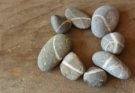 cerchio di sassi sulla spiaggia